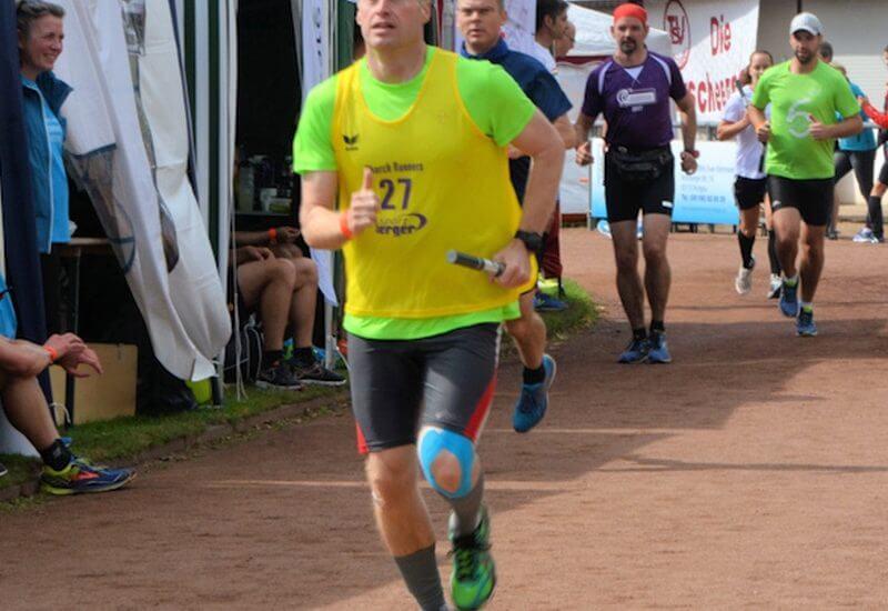Läufer mit Staffelstäben beim 24-Stunden-Lauf in Rodgau 2017
