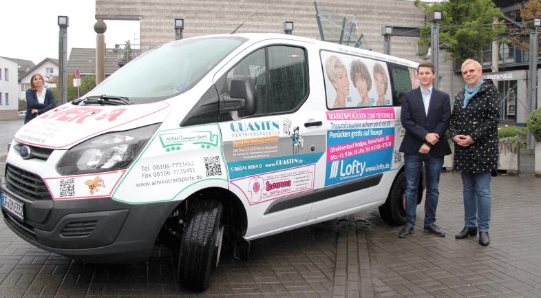 Andreas Spieler und Anka Schmidt von Lofty bei der feierlichen Inbetriebnahme des neuen Senioren-Mobils der Stadt Rödermark