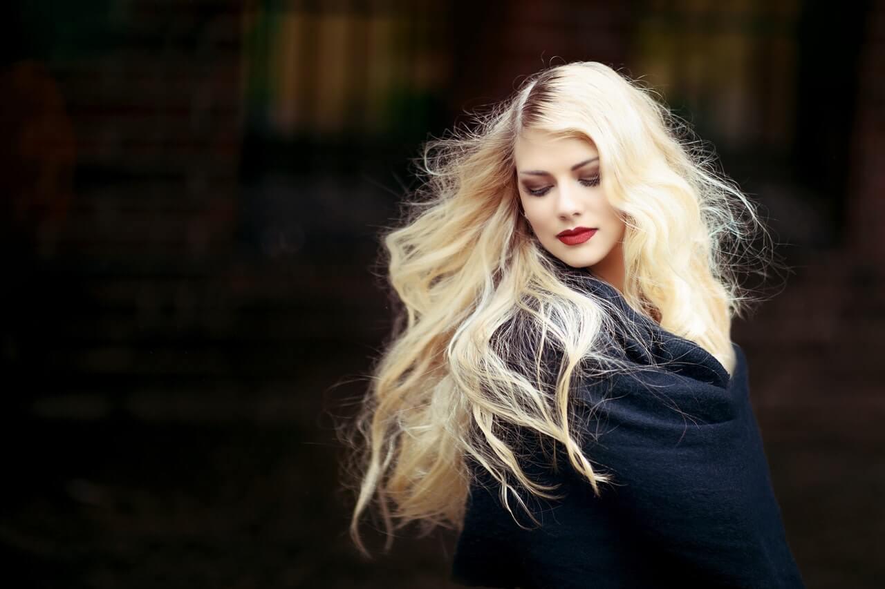 Junge Frau mit schwarzem Mantel und langen blonden Haaren | Foto: Pixabay