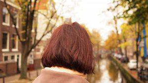 Frau mit brauner Bob-Frisur von hinten