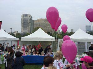 Menschen mit rosa Luftballons in Frankfurt/Main beim Race for Survival