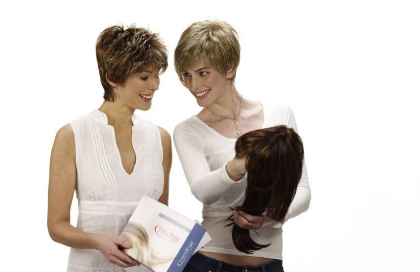 Die Freundinnen tragen die Lofty Modelle Fair (links) und Jackie - und bewundern das Modell Bonnie
