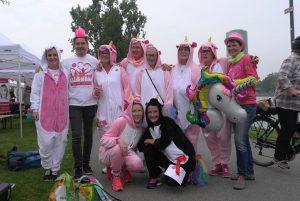 Teilnehmer beim Race for Survival in Frankfurt/Main in lustigen rosafarbenen Kostümen