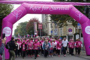 Am Start in Frankfurt/Main viele Teilnehmer in pinkfarbenen T-Shirts.