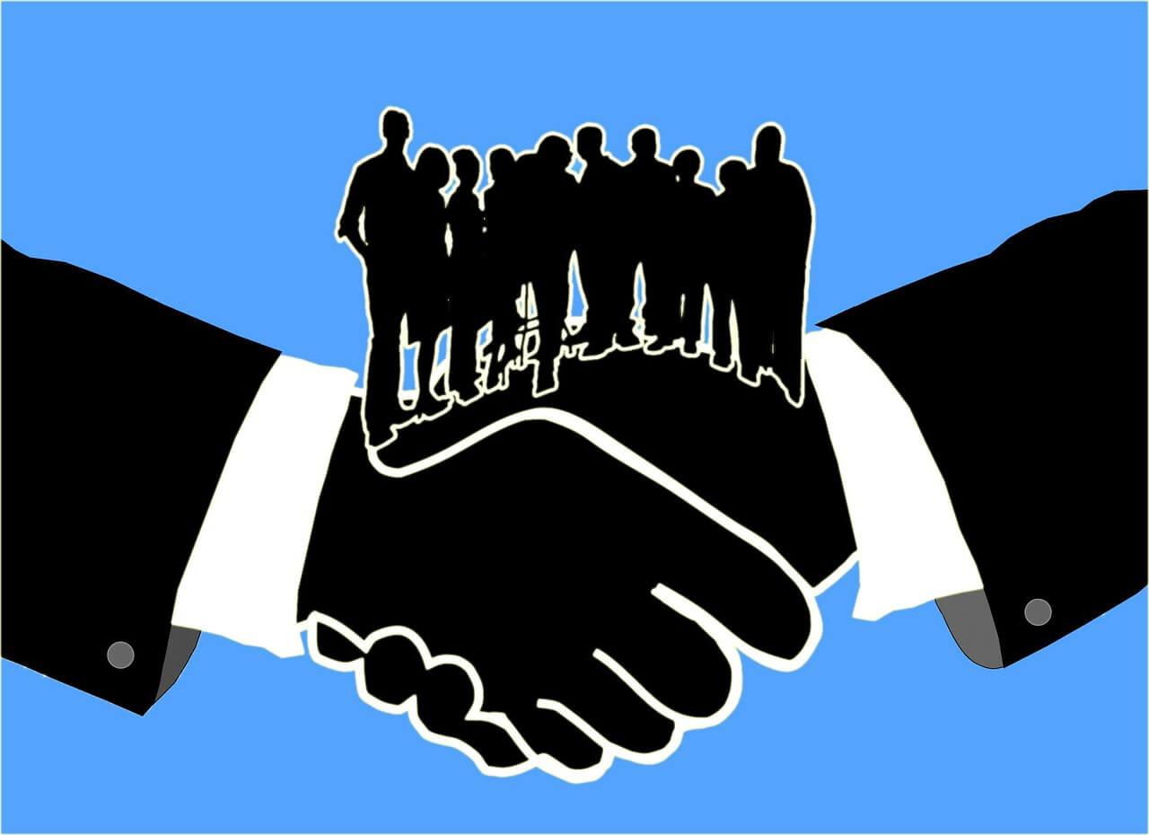 Zwei Hände halten sich, auf ihnen stehen viele Menschen