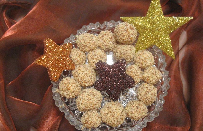 Dattel-Mandel-Kugeln auf Kristallteller mit Weihnachtsstern-Deko
