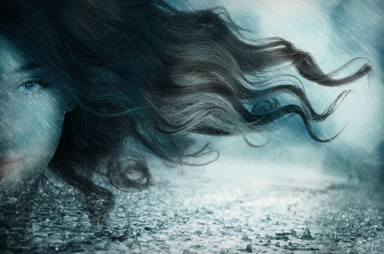 Lange Haare wehen im Regen