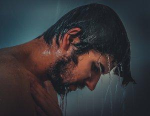 Männerkopf unter der Dusche