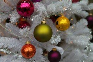 Weiße Kunsttanne mit kleinen Weihnachtskugeln