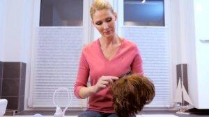eine Frau pflegt ihre Perücke