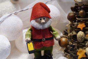 Weihnachtswichtel vor kleiner Kunsttanne