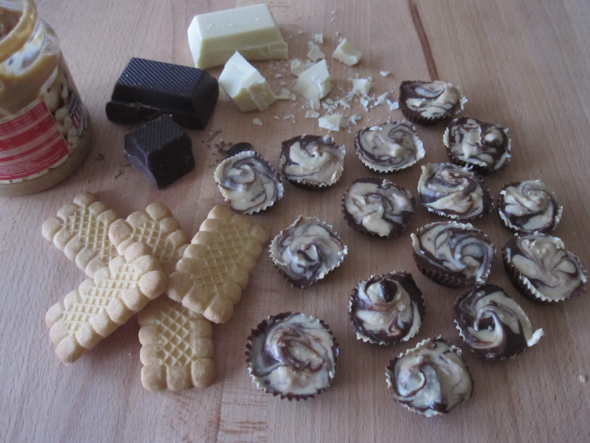 Schoko-Erdnuss-Pralinen mit den Zutaten weiße und dunkle Schokolade, Erdnussbutter und Butterkeksen