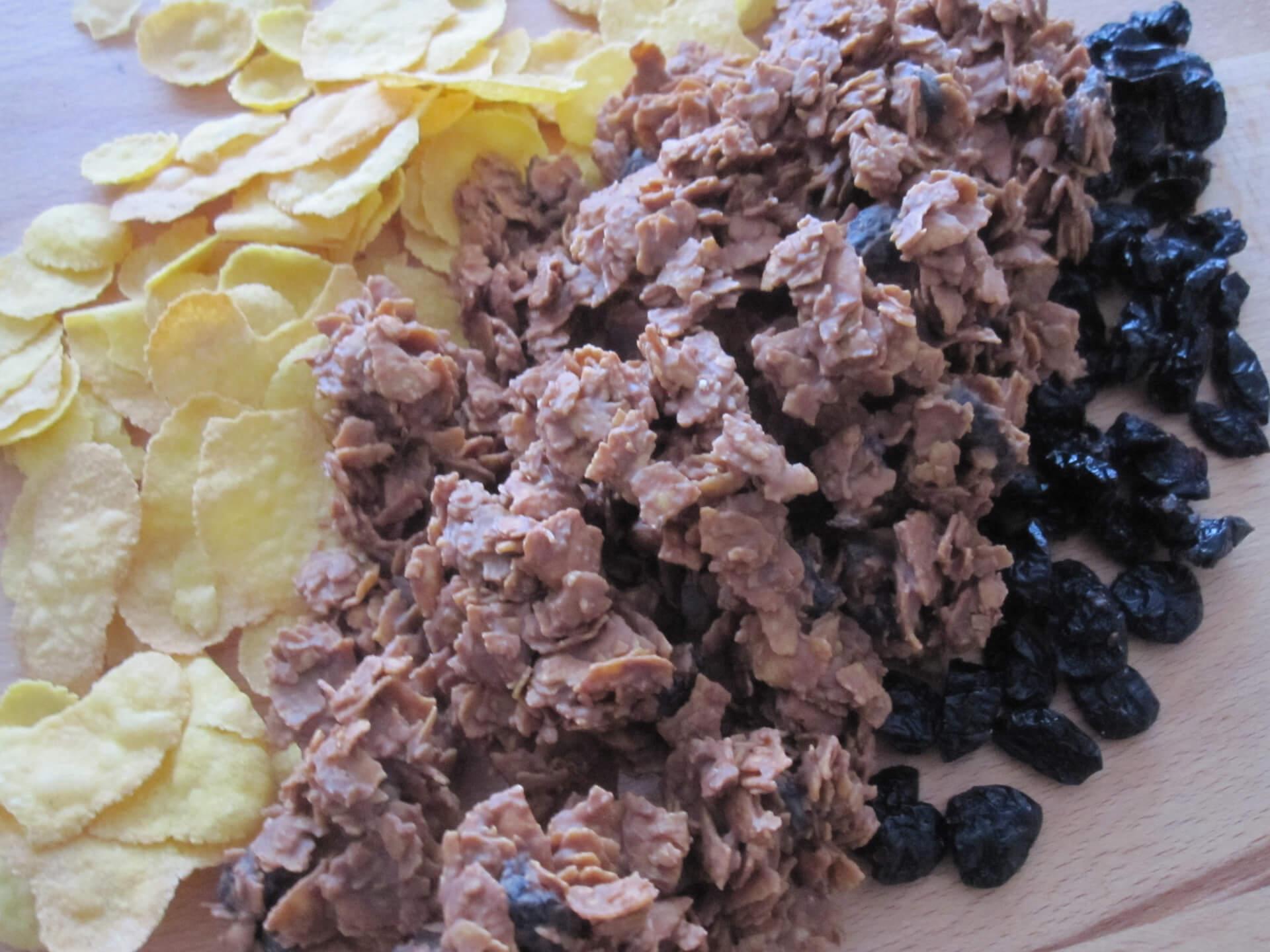 Knusper-Pralinen umrahmt von Cornflakes und getrockneten Cranberries