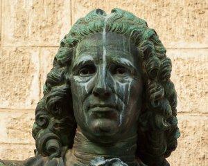 Kopf einer Statue mit almotidscher Perücke