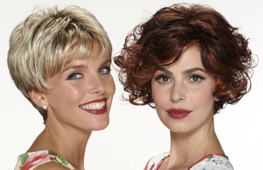 Freundinnen tragen die Perückenmodelle Svenja und Pamela