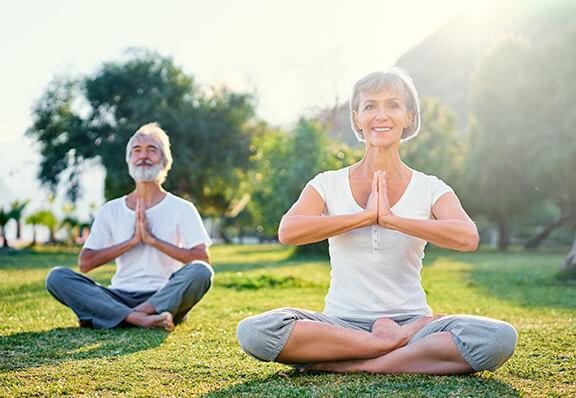 Yoga und Sport mit Perücke